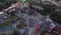 Luftaufnahme einer Kirche und einer Villa in 4K