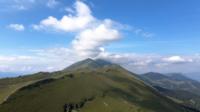 Drone vliegt naar de top van de berg