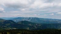 Panoramische vlucht over de bergen en heuvels