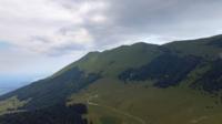 Drone som flyger till toppen av Monte Baldo, Italien