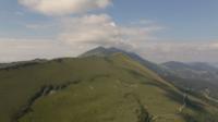 Volando a la cima del pico de la montaña