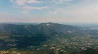 Volando sobre los picos de las montañas