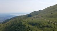 Drone volant vers les collines et la montagne