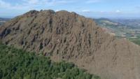 Incroyable survol de la montagne Pietra Parcellara