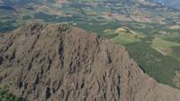 Drone vliegt over de berg Pietra Parcellara