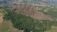 Vliegen bovenop de Pietra Parcellara-berg