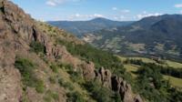 Drone survolant la montagne Pietra Parcellara