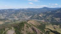 Vliegen over de bergen en heuvels