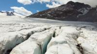 Vliegen over de gletsjers van de Tonale-pas