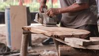 Ambachtsman gebruikt polijstmachine om splat glad te maken