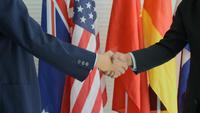 Dos hombres se dan la mano