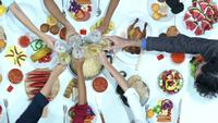 Menschen, die auf einem Abendessen auf dem Tisch essen und trinken