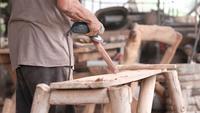 Handwerker, der an einem Axtgriff arbeitet