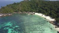 Insel- und Strandluftansicht in Myanmar.