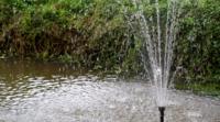 Fuente de agua en el estanque