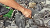 Monteur controle van het niveau van een auto motorolie
