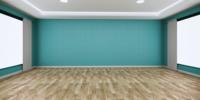 Habitación grande con una pared de color menta sobre un piso de madera