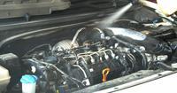 Nettoyage et lavage du moteur de voiture en service