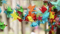 Oiseau en papier origami tournant dans le vent.