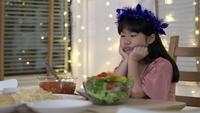 Unglückliches asiatisches Mädchen zu Hause