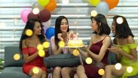 Grupp flickor som firar födelsedag med vänner