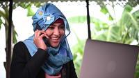 Mulher árabe recebendo boas notícias pelo telefone
