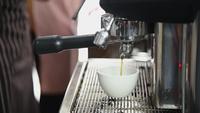 Barista bereitet Getränk aus der Maschine zu, um Kaffee zu machen