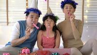 Vader, moeder en dochter genieten samen van verjaardagsfeestje.