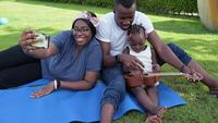 Família afro-americana passando um tempo juntos no jardim em um dia ensolarado
