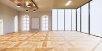 Zimmer im tropischen Stil mit großen Fenstern und viel Licht