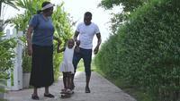 Afro-Amerikaanse familie tijd samen doorbrengen in de achtertuin