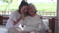 Glückliche ältere Mutter und erwachsene Tochter, die Zeit zusammen in einem Haus verbringen