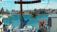 El mar detrás de la estrella de mar y la red de pesca