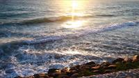 Felsen und Meer und der Sonnenuntergang