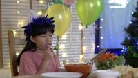 Petite fille chinoise malheureuse à la table du dîner à la maison.
