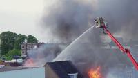 Bombero luchando contra el fuego desde una plataforma