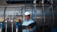 Un manual de lectura para ingenieros o mecánicos sénior asiático