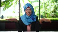 Mujer árabe da consejos en línea a través de una grabación de video.