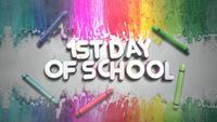 Texto 1er día de clases y tiza colorida en la pizarra