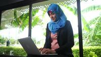 Femmes arabes tapant des réponses aux clients de chat