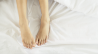 Closeup voeten van slapende vrouw