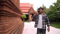Un touriste afro-américain parle au téléphone