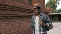 Ung afrikansk amerikansk turist som går runt templet