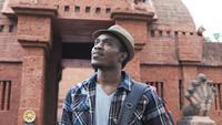 Afrikansk manlig turist som besöker den Thailand templet