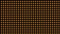 De nombreuses ampoules jaunes scintillent et sont belles.