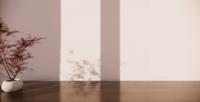 Pot de fleurs Sakura Bonsai sur le plancher en bois