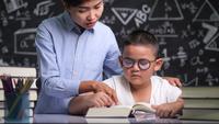 Tutor bringt einem Kind das Lesen eines Buches bei