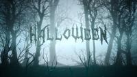 Text Halloween på dimmig skog