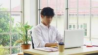 Joven empresario sentado en el trabajo con estrés