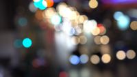 Verschwommene defokussierte Lichter des Staus in der Stadt bei Nacht